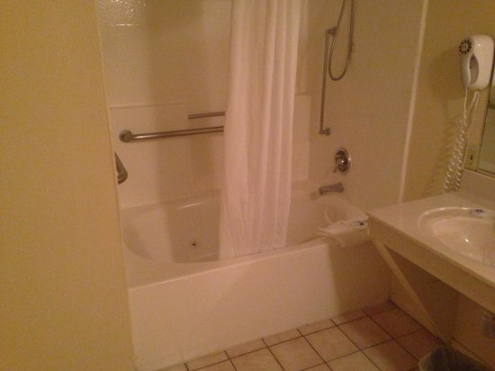 Americas Best Value Inn Hesperia: Dirty Jacuzzi =/ Not worth the upgrade