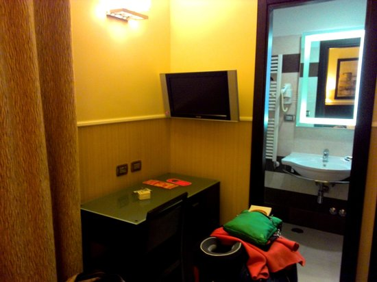 Yes Hotel: Writing desk