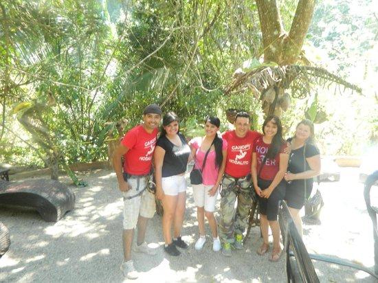 Canopy Mundo Nogalito Tour: Mi hija, sobrinas y yo, junto a los mejores guias!! Gabry & Charly :)