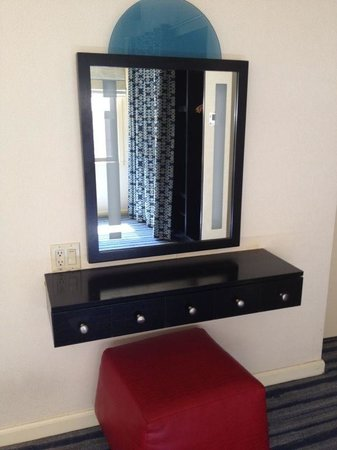 Gardens NYC–an Affinia hotel: Dressing table