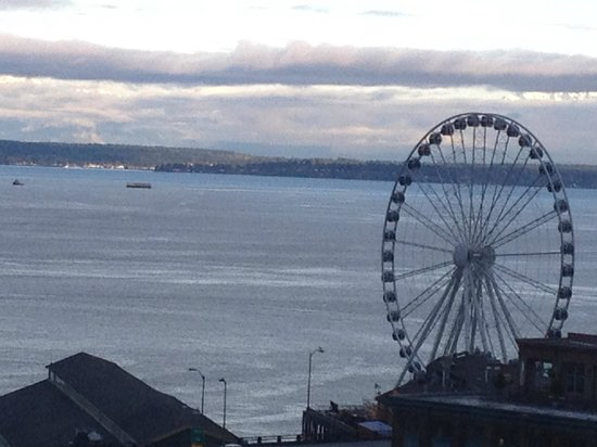 Loews Hotel 1000, Seattle: View of Ferris Wheel and Puget Sound from room