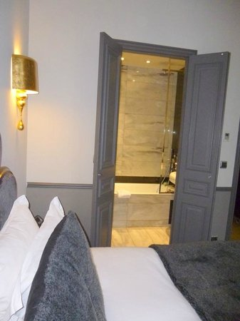 Hotel Lumen Paris Louvre: Lovely entrance to bathroom from bedroom