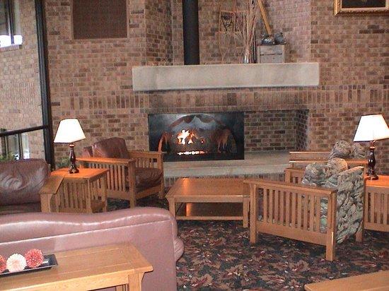 Best Western Plus Landmark Inn & Pancake House: The lower level of the sitting area