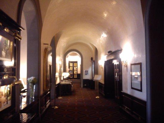Grand Hotel Baglioni Firenze: corridoio che porta alle sale convegni