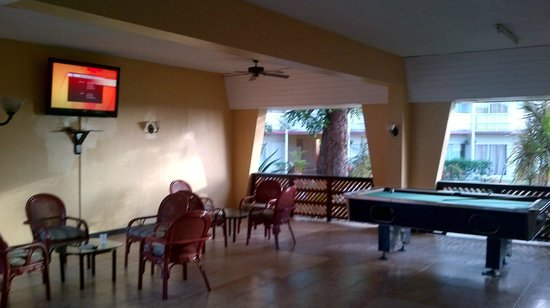 Halcyon Cove by Rex Resorts: Pool table and TV room (sometime nightly entertainment)