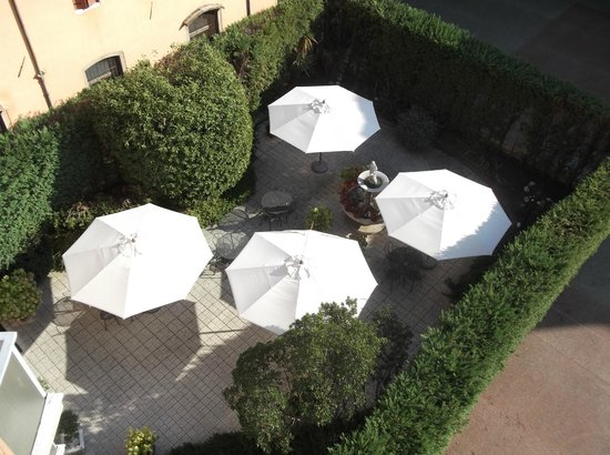 Hotel Belle Arti: View from balcony of outdoor breakfast area