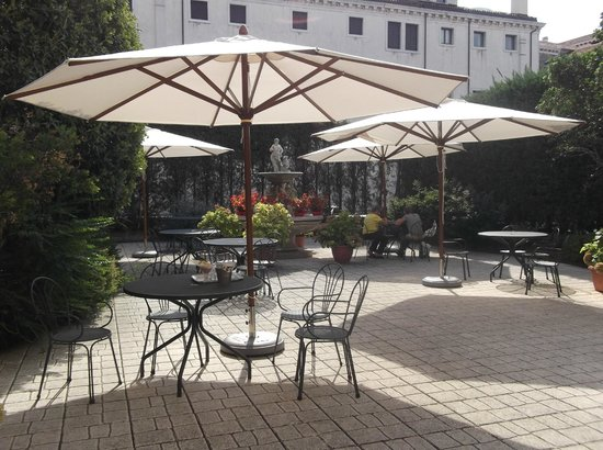 Hotel Belle Arti: Outdoor dining area