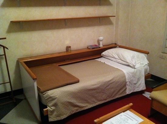 Hotel Residence Centro Siloe: lettino scomodo. notare anche arredo datato