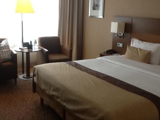 โรงแรมบิลเดอร์เบิร์ค การ์เด้นโฮเต็ล: closer view of sitting area by window and bed