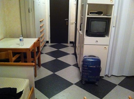 Hotel Residence Centro Siloe : pavimento di linoleum, televisore microscopico e a tubo catodico
