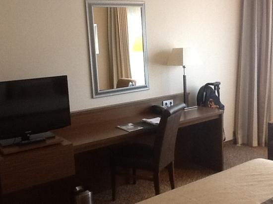 Bilderberg Garden Hotel: desk and tv located in front of bed.