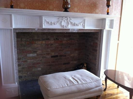 Providence Place Bed & Breakfast: awesome fireplace
