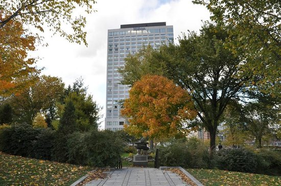 Hilton Quebec : Hotel from Parliament Gardens with Inukshuk