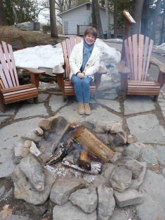 Sherwood Inn: Enjoying the outdoor fire