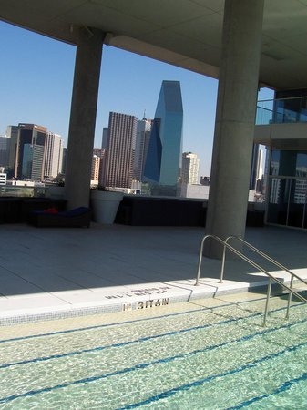 W Dallas Victory Hotel: View of pool and downtown