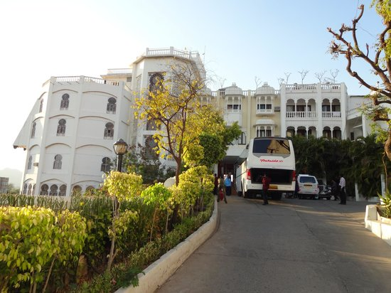 Hotel Hilltop Palace: Hilltop Palace presents very well as you approach ...