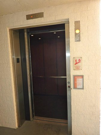 Days Inn Orlando Convention Center/International Drive: Elevador que serve até o 4 andar
