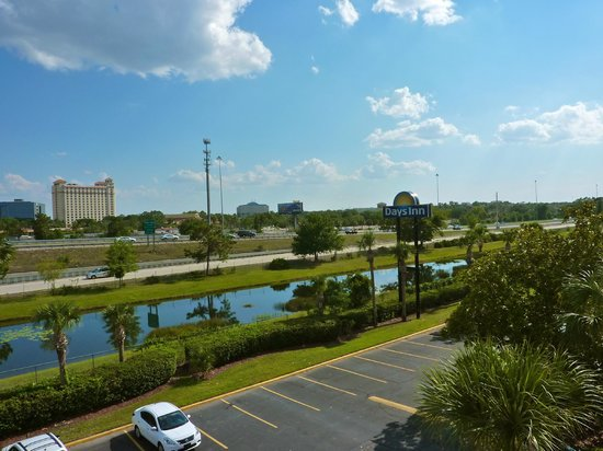 Days Inn Orlando Convention Center/International Drive: Vista da rodovia que vai a Disney, margeia o Rio, do fundo do corredor do fdo do Hotel