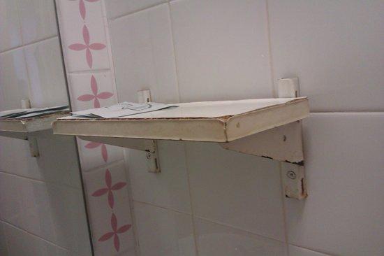 Park Hotel London: Rusting shelf