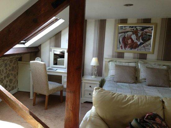 Arandale Guest House: Lovely dressing table, etc.