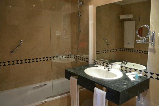Eurostars Mediterranea Plaza Alicante: nice bathroom