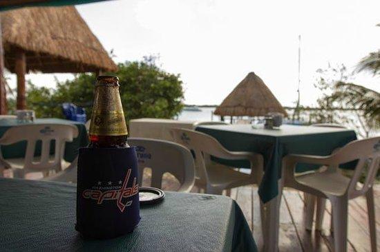 Bahia Tortuga Restaurant - Bar: Enjoy a delicious beer by the agua