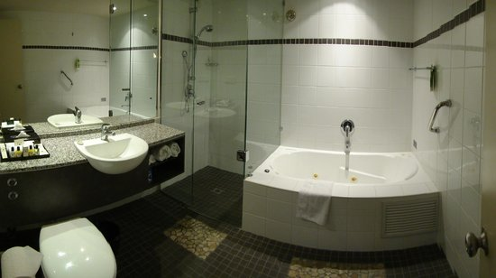 Esplanade Hotel Fremantle - by Rydges: Bathroom with spa