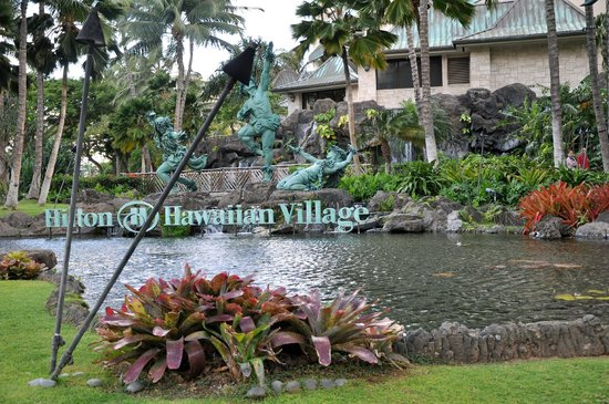 Grand Waikikian by Hilton Grand Vacations: Outside the lovely grounds