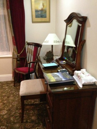 Highbury House B&B: The Rose Room: Vanity/Desk area with US electrical plugs