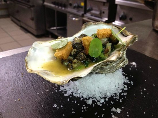 Charlie's Inn: winkels, warmed oyster, crouton, wilted borage