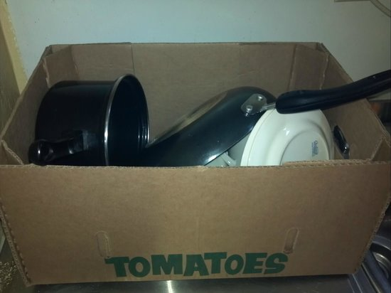 Grand Prix Motel: Dishes are given to you in an old tomatoe box