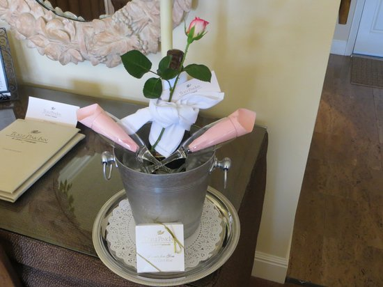 Tickle Pink Inn : complimentary champagne and chocolates