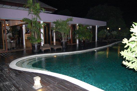 Alcedo Restaurant : restaurant look out onto main pool