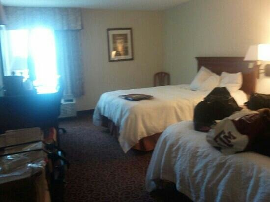 Hampton Inn Eagle Pass: nice hotel but i tripped with comforter..so watch out..