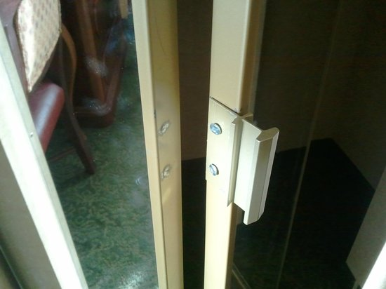 Embassy Suites by Hilton Albuquerque - Hotel & Spa: Poor repair job on closet in our room.
