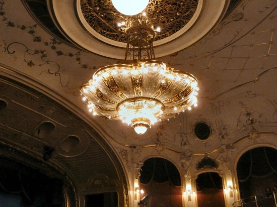 Будапештский театр оперетты: One of the many crystal chandeliers.