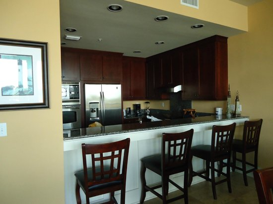 Kiva Dunes Resort: Kitchen and dining area