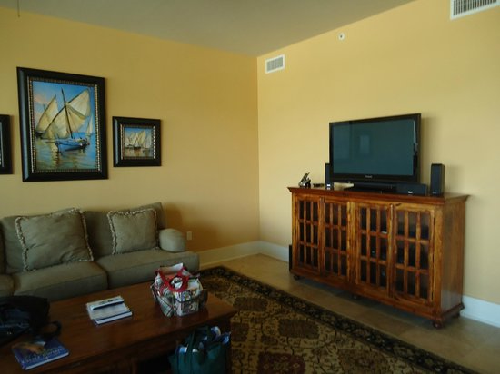 Kiva Dunes Resort: Living room with comfy couch and flat screen TV and many channels