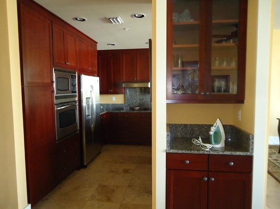 Kiva Dunes Resort: Kitchen with stainless steel appliances.  Ice maker on the outside of frig!
