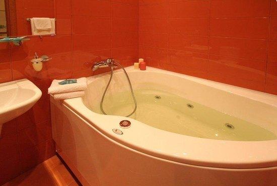 Ave Caesar On Konushennaya: Suite Bathroom