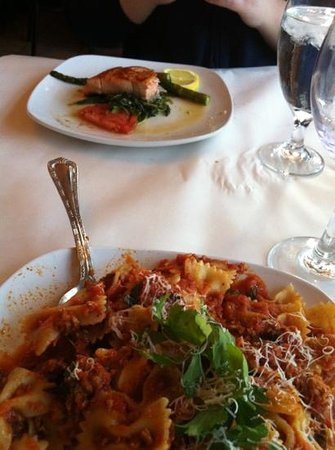 Mia Bella Restaurant: Salmon special and Bolognese