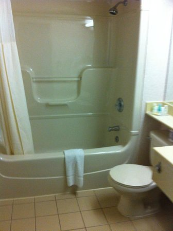 Quality Hotel Harbourview : bathroom