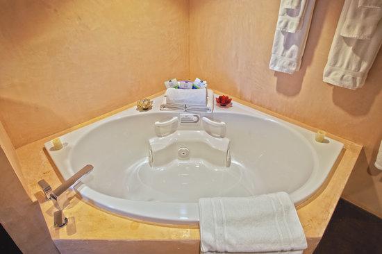 Inn at The Black Olive: Sanijet Aquatherapy tub