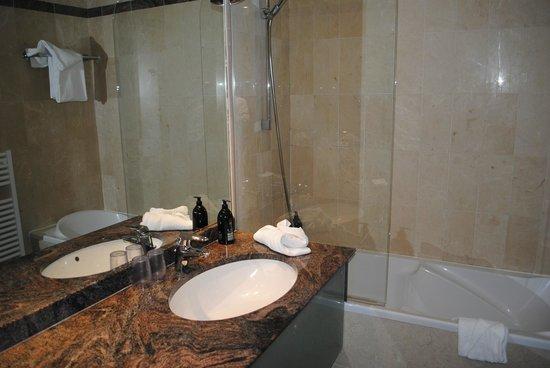 Adagio Paris Haussmann Champs-Elysees: Nice roomy bathroom