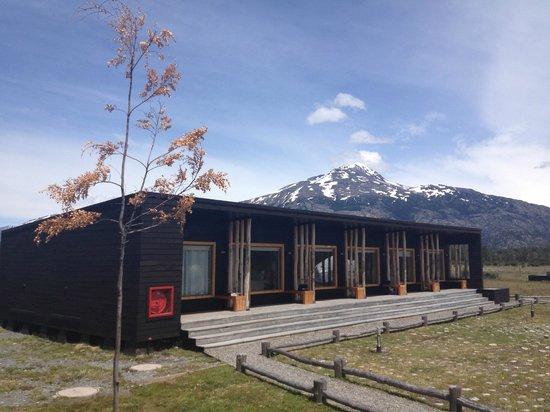 Lodge Robinson Crusoe Deep Patagonia: jardin y habitaciones