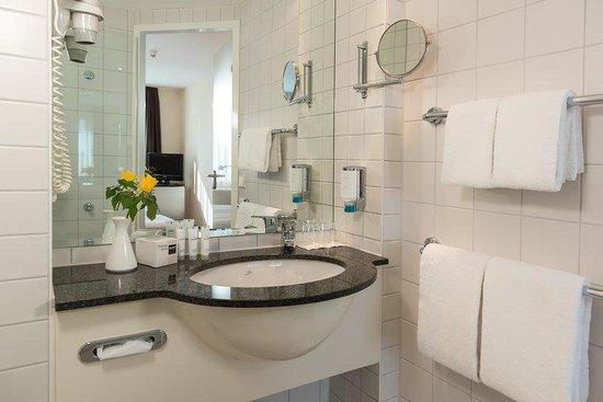 Dorint Adlershof Berlin: Bathroom