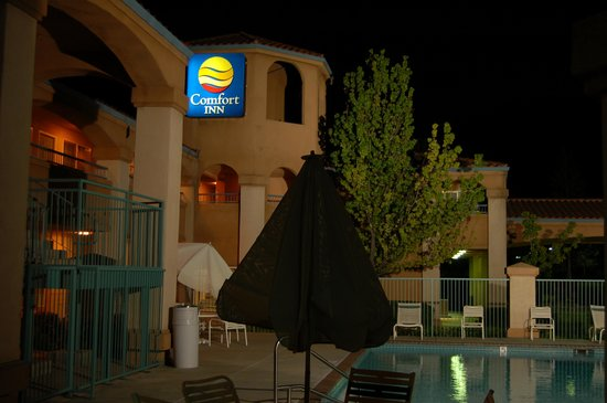 Comfort Inn Livermore: Night light around pool
