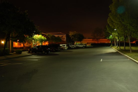 Comfort Inn Livermore: Night lighting in back of motel