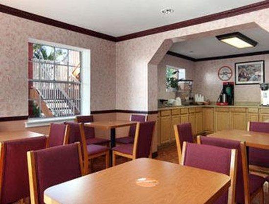Howard Johnson Inn - FT. Myers FL: Breakfast Area