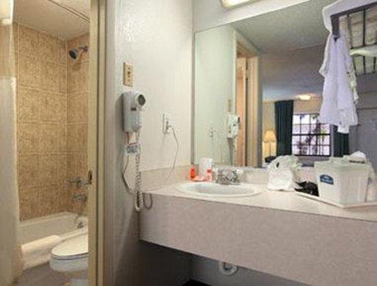 Howard Johnson Inn Fort Myers: Bathroom